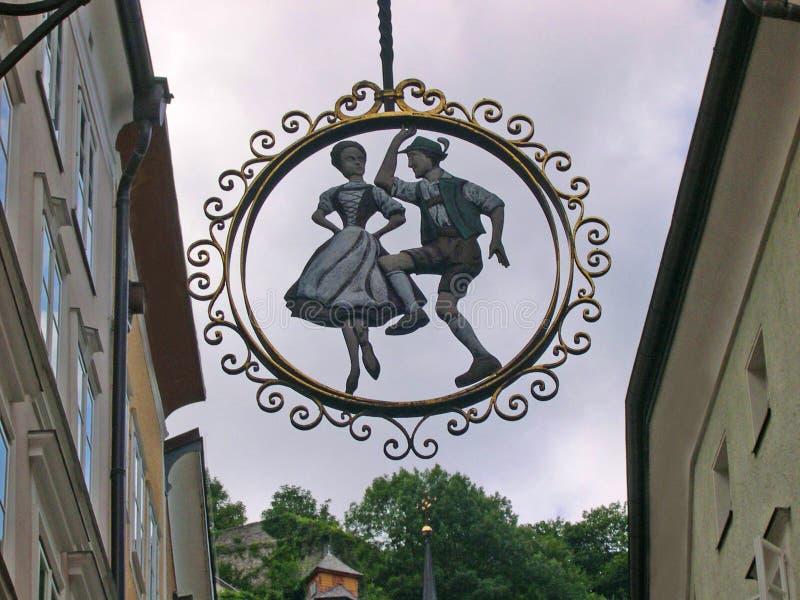 Winkelteken op de Getriedgasse-het winkelen straat in Salzburg in Oostenrijk royalty-vrije stock fotografie