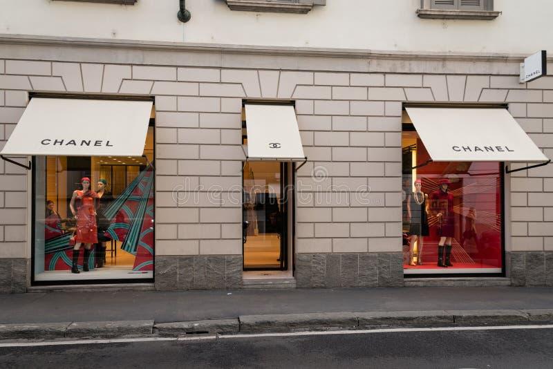 Winkelvenster en ingang van een Chanel-boutique Milaan stock afbeeldingen