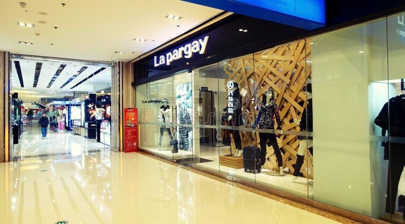 Winkelvenster in stadswinkelcomplex, binnenlands van modern winkelcentrum met opslagetalage stock foto
