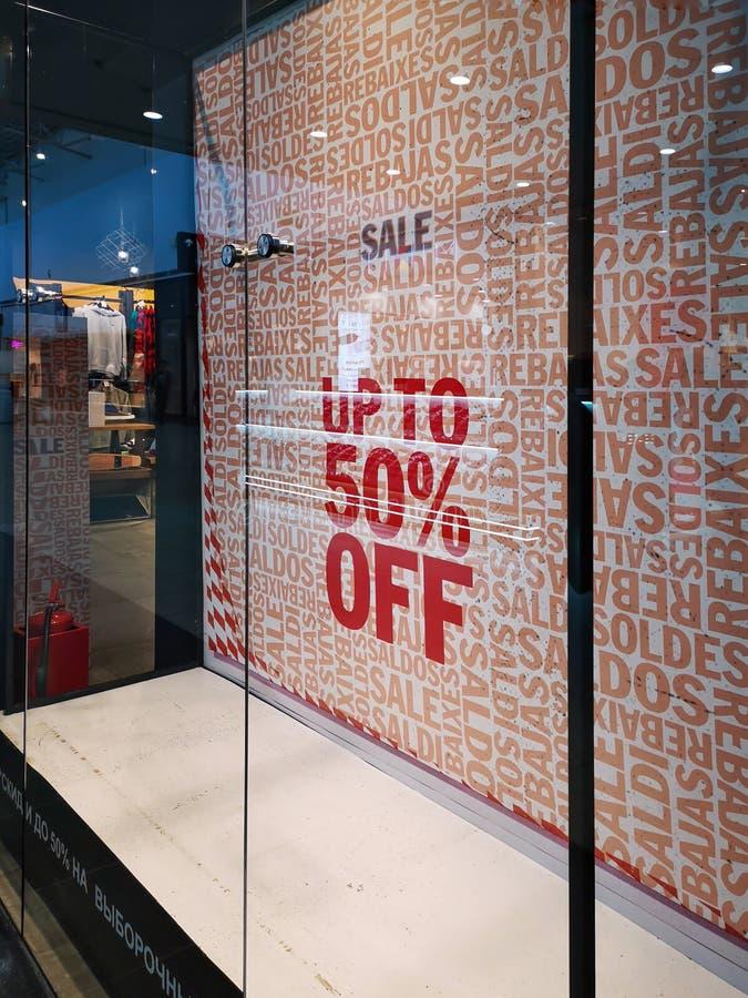 winkelvenster tijdens zwarte Vrijdagverkoop met een aanwijzing van de grootte van kortingen royalty-vrije stock afbeeldingen