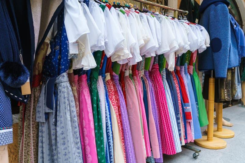 Winkelvenster van traditionele Oostenrijkse kleren, Oostenrijk royalty-vrije stock foto