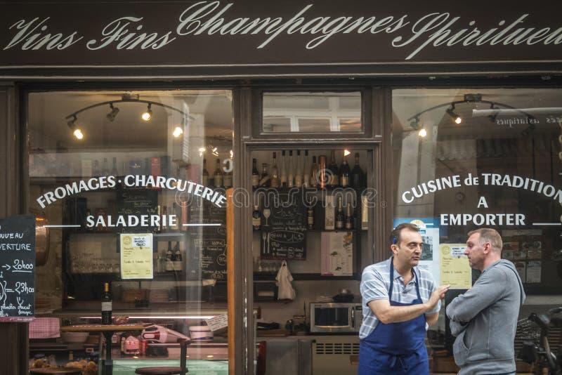 Winkelverkoper die zich voor een traiteur, een traditionele Parijse traiteur bevinden die Franse schotels en gastronomie verkopen royalty-vrije stock fotografie