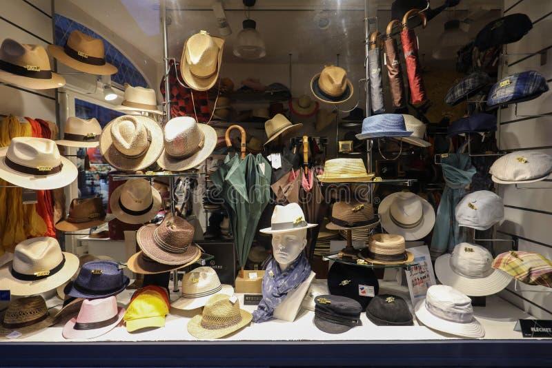Winkelvertoning met hoeden en kappen in Arles De Provence, Frankrijk royalty-vrije stock fotografie