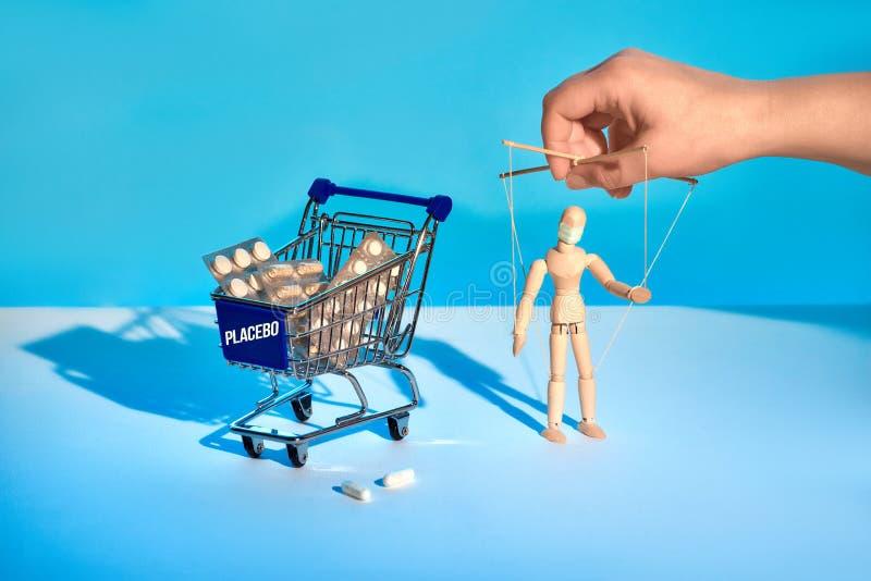 Winkelwagentje vol medicijnen zonder griep en Covid-19, maar zeer duur Afhankelijk van het farmaceutisch concept A stock afbeelding