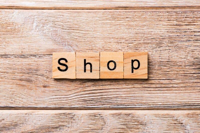 Winkelwoord dat op houtsnede wordt geschreven winkeltekst op houten lijst voor uw het desing, concept stock fotografie