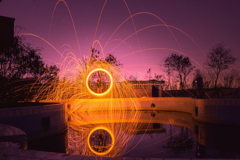 Winken Sie unscharfen Mann schleudern Stahlwolle- und Himmelveilchenfarbe zu stockbilder
