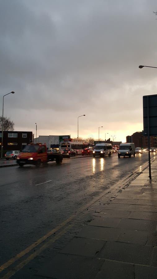 Winklige nasse Straßen lizenzfreie stockfotos