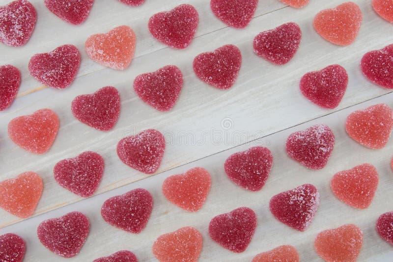 Winklige Reihen von dunkelroten und rosa gummiartigen Herzen mit leerem Text-SP lizenzfreie stockfotografie