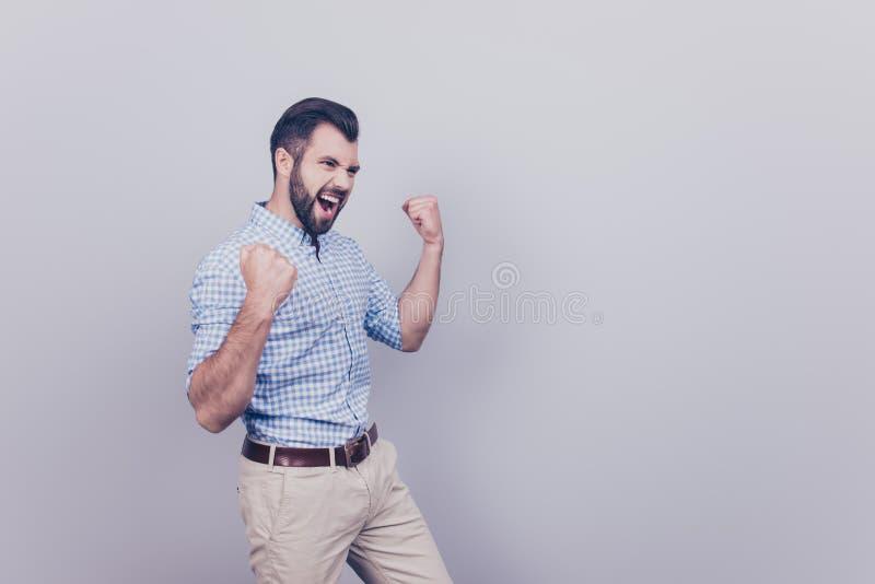 Winnaar! Een droom van de jonge gebaarde donkerbruine ondernemer kwam RT royalty-vrije stock fotografie
