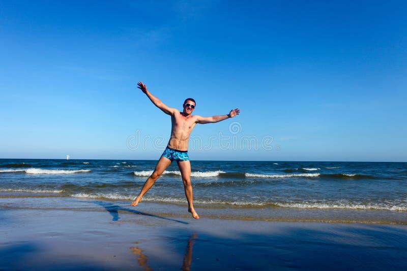Winnaar op het strand stock fotografie