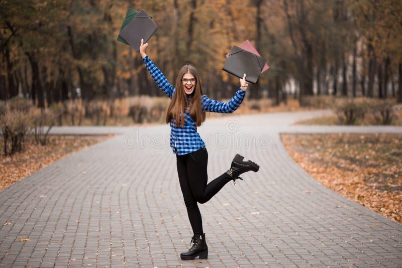 Winnaarmeisje het euforische dragen in blauw overhemd, voelend grote dingen op carrièremanier, ijverend voor succes en bereikt he stock afbeelding