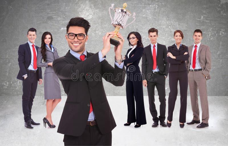 Businssteam die voor het wordt beloond is het werk met trofee royalty-vrije stock afbeelding