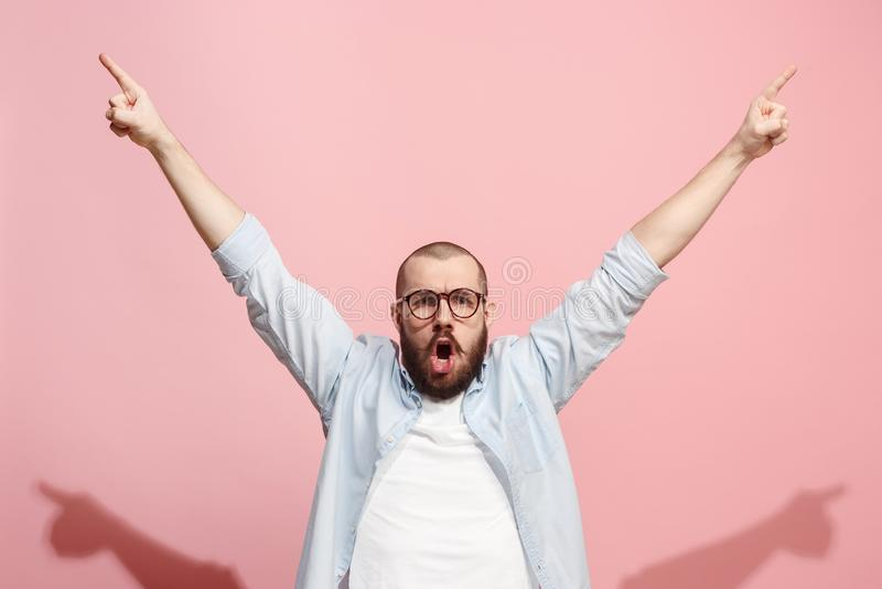 Winnend succesmens het gelukkige extatische vieren die een winnaar zijn Dynamisch energiek beeld van mannelijk model royalty-vrije stock foto