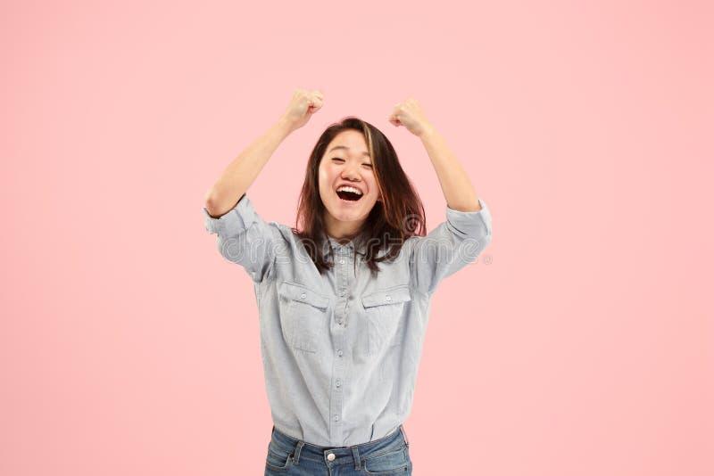 Winnend succesvrouw het gelukkige extatische vieren die een winnaar is Dynamisch energiek beeld van vrouwelijk model stock foto