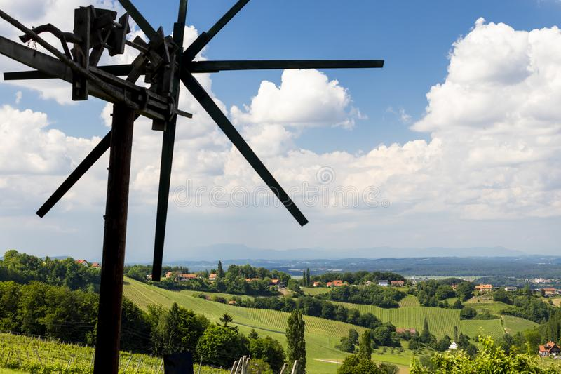 winnica z wiatraczkiem dzwonił klapotetz w południe Styria, Austria obrazy stock