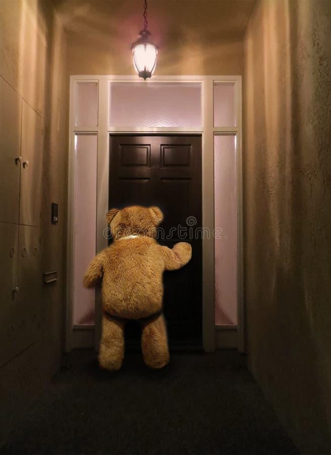Winnie på dörren arkivfoton