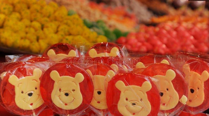 Winnie the Pooh coloreó las piruletas I fotografía de archivo