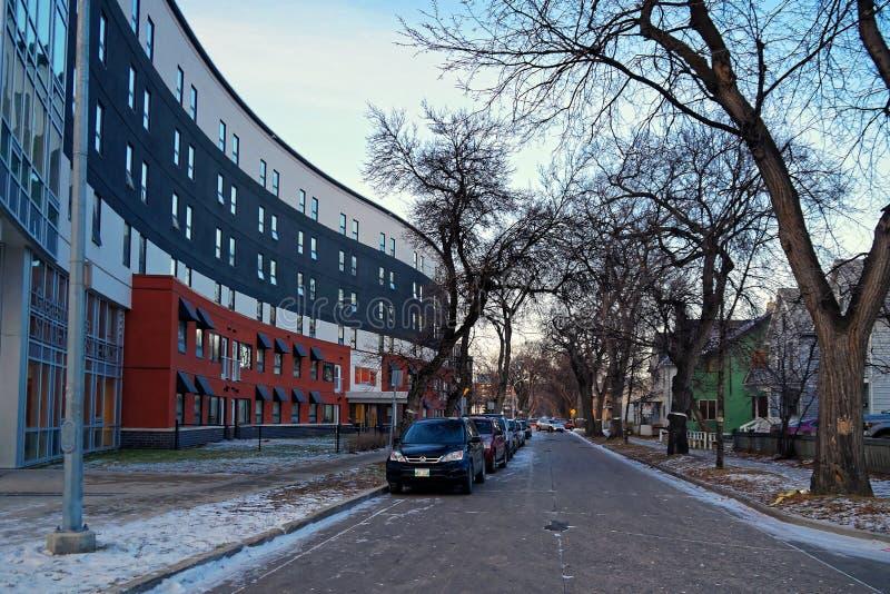 Winnipeg χειμερινή σκηνή - άποψη οδών Langside με μια κατοικία σπουδαστών στο αριστερό στοκ φωτογραφία με δικαίωμα ελεύθερης χρήσης