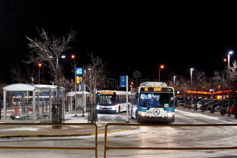 WINNIPEG, CANADÁ - 2014-11-20: Parada de autobús de noche en Winnipeg, Manitoba, Canadá fotos de archivo