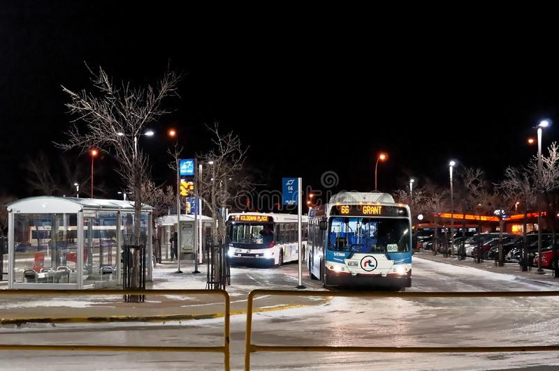 WINNIPEG, CANADÁ - 2014-11-20: Parada do ônibus da noite em Winnipeg, Manitoba, Canadá fotos de stock