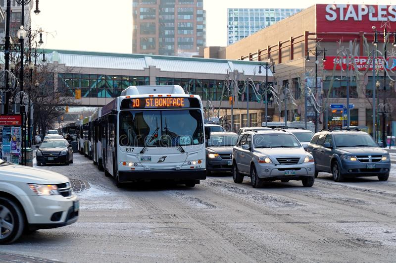 WINNIPEG, CANADA - 2014-11-17: Traffichi sul viale di Portage, un itinerario importante nella città canadese di Winnipeg, il capi fotografia stock libera da diritti