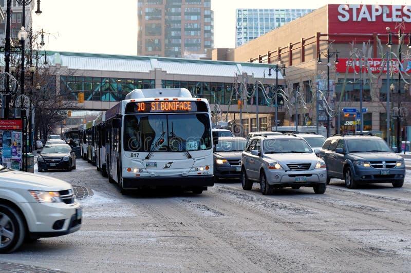 WINNIPEG, CANADA - 2014-11-17: Traffichi sul viale di Portage, un itinerario importante nella città canadese di Winnipeg, il capi immagine stock