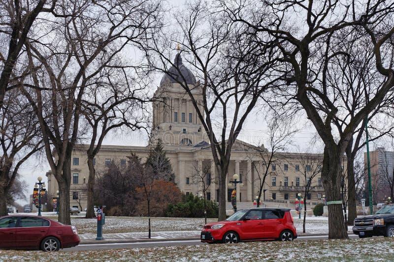 WINNIPEG, KANADA - 2014-11-16: Samochody na zima Pamiątkowym bulwarze przed Manitoba władzy ustawodawczej budynkiem to obrazy royalty free