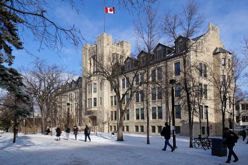 WINNIPEG KANADA - 2014-11-19: Studenter som flyttar sig in mot radbyggnad, universitet av Manitoba, Winnipeg, Manitoba, Kanada royaltyfri fotografi