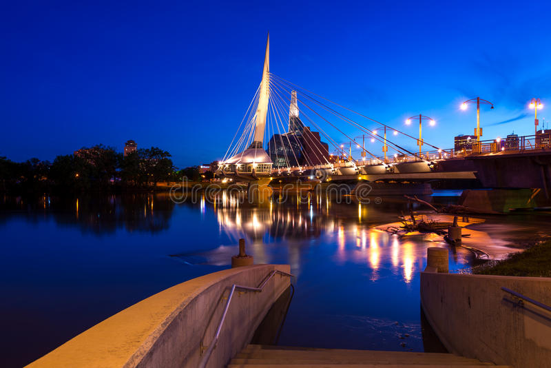 Download Winnipeg la nuit image stock. Image du droites, winnipeg - 77153551