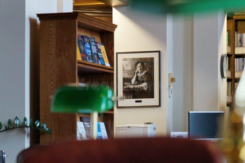Winnipeg, Manitoba, Καναδάς - 2014-11-21: Μέρος του εσωτερικού της βιβλιοθήκης νομοθετικού σώματος του Manitoba Η βιβλιοθήκη βρίσ στοκ εικόνα