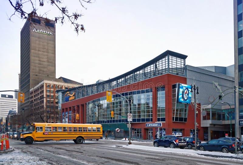 Winnipeg, Manitoba, Canada - 2014 11 18 : Vue d'hiver à travers l'avenue de transport sur l'arène de centre de MTS L'arène d'inté photographie stock libre de droits