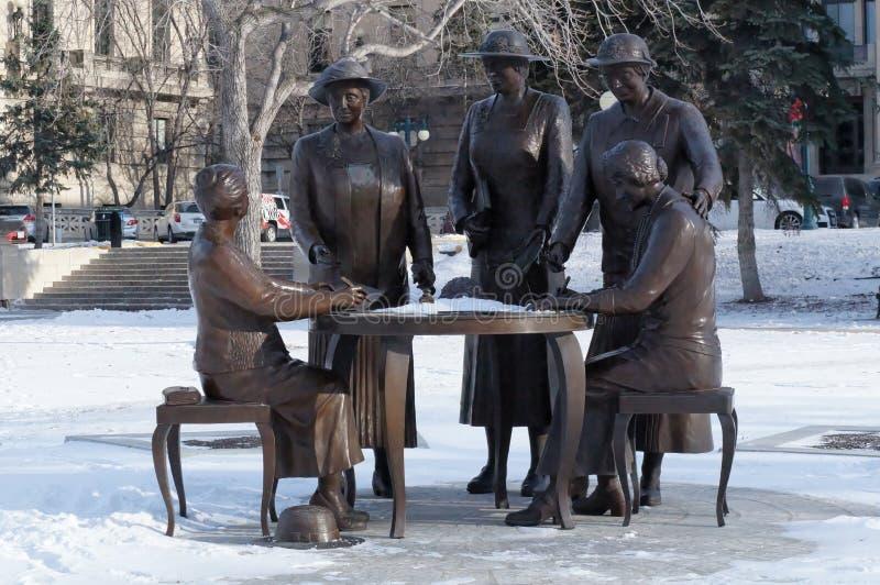 Winnipeg Manitoba, Kanada - 2014-11-21: Nellie McClung Memorial Monumentet av Helen Granger Young ägnades till royaltyfri fotografi