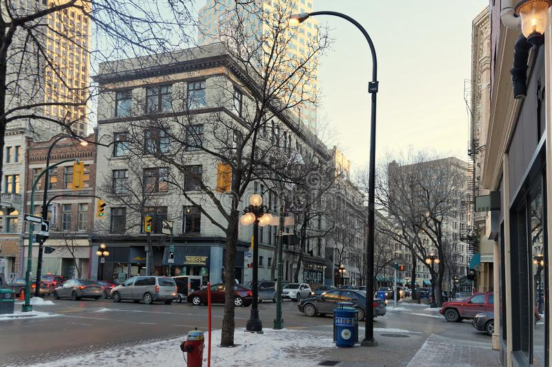 Winnipeg Manitoba, Kanada - 2014-11-25: Vinter i staden Övervintra sikten på hörnet av den McDermot aven och Albert st royaltyfri bild