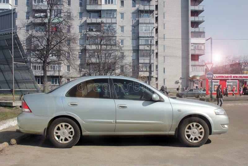 Winnnica Ukraina, Kwiecie?, - 2018, Nissan Almera intymny srebny samoch?d w mie?cie Widok samoch?d od strony obrazy royalty free