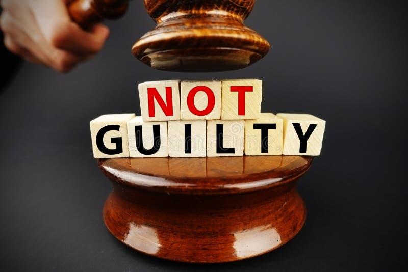 Winny werdykt lub decyzja sądu na ciemnym tle z sędziego młoteczkiem zdjęcia royalty free