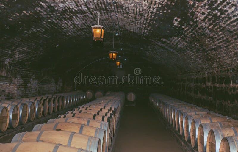 Wino baryłki w starym lochu przy wytwórnia win Drewniane baryłki wino w winnicy zdjęcia stock