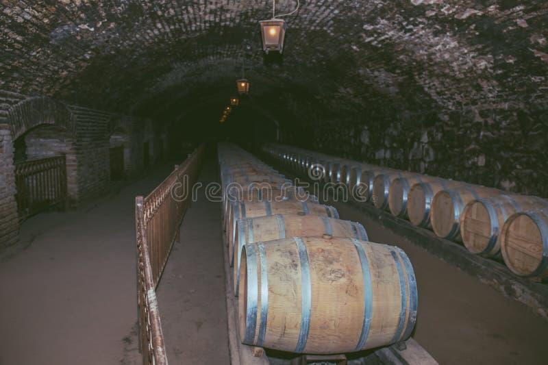 Wino baryłki w starym lochu przy wytwórnia win Drewniane baryłki wino w winnicy obrazy royalty free