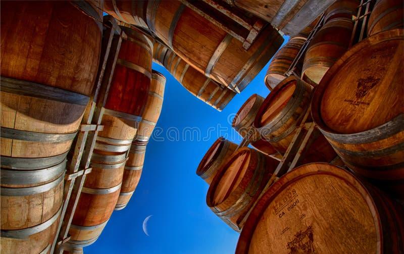 Wino baryłki z niebieskimi niebami i przyrodnią księżyc zdjęcie stock