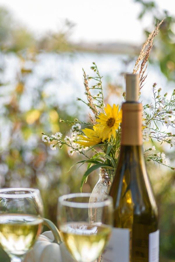 Wino butelka outside i z wildflowers obrazy stock