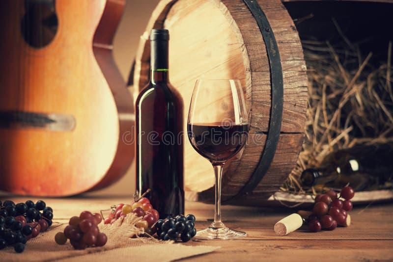 Wino butelka, szkło, winogrona, baryłka i gitara, obrazy stock