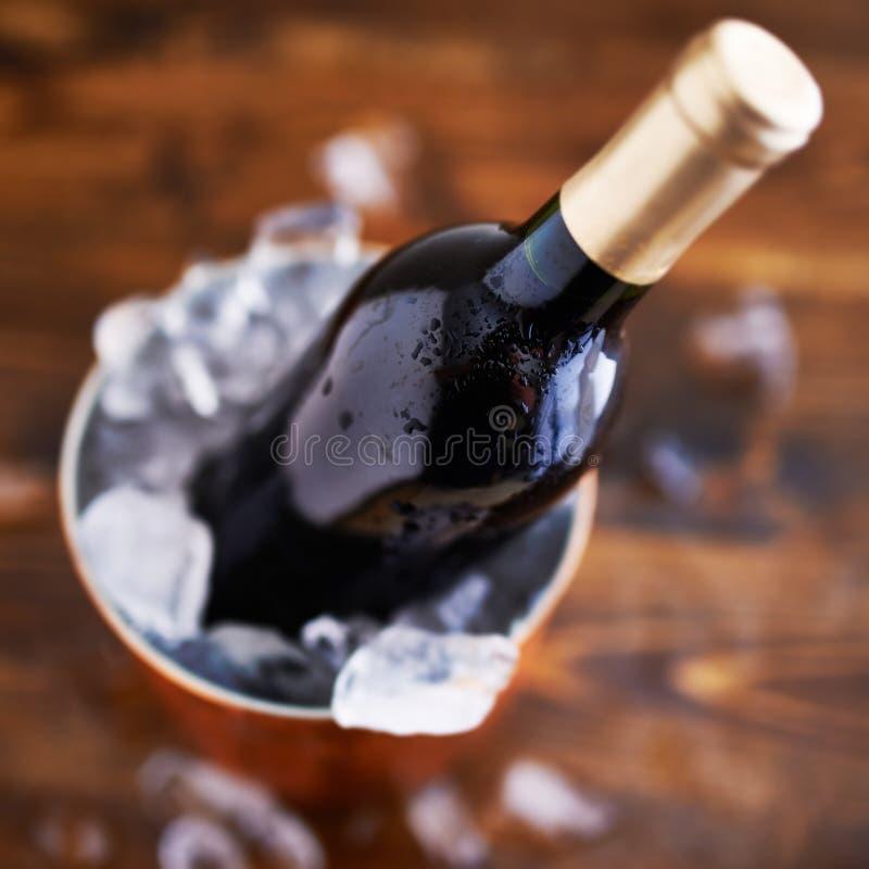 Wino butelka w lodowym wiadrze obrazy stock