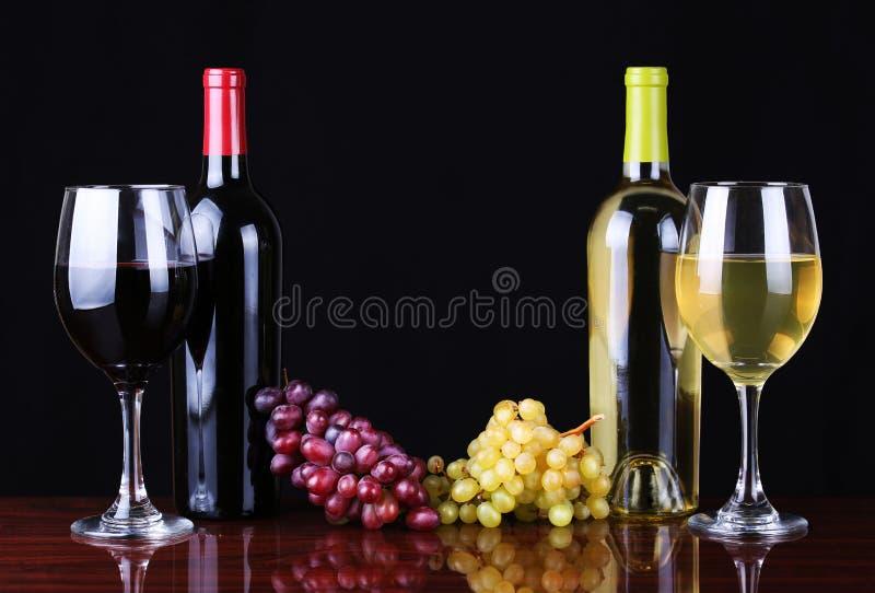 Wino butelki i szkła wino nad czernią fotografia stock