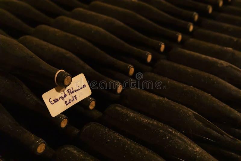 wino butelki w archiwum lochu, Ezerjo, Węgry zdjęcia stock