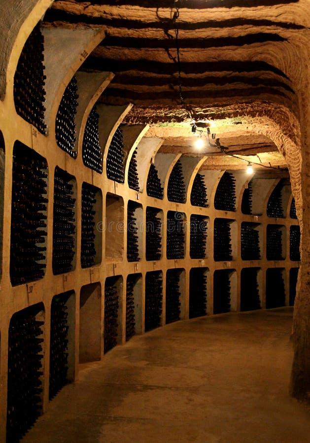 Wino butelki w lochu zdjęcia stock
