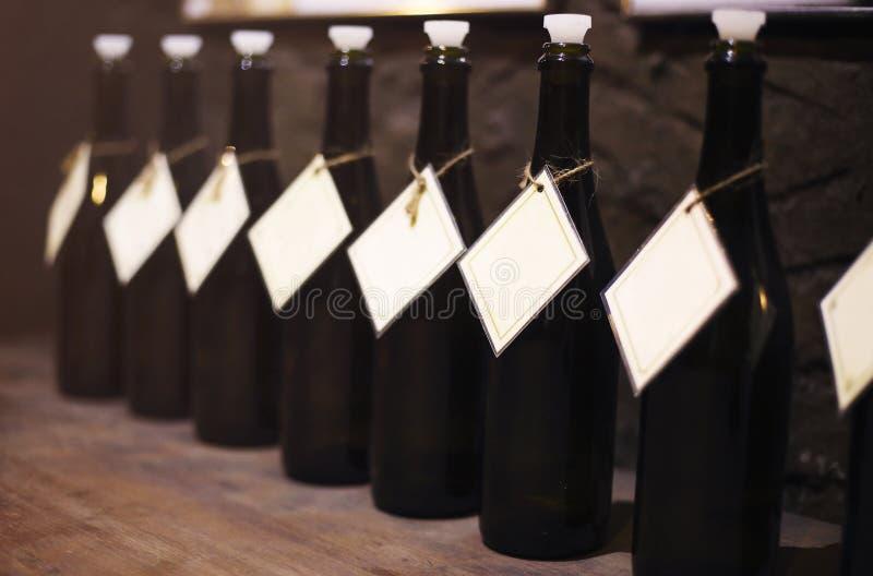 Wino butelki w rzędzie na drewnianym stole zdjęcie royalty free