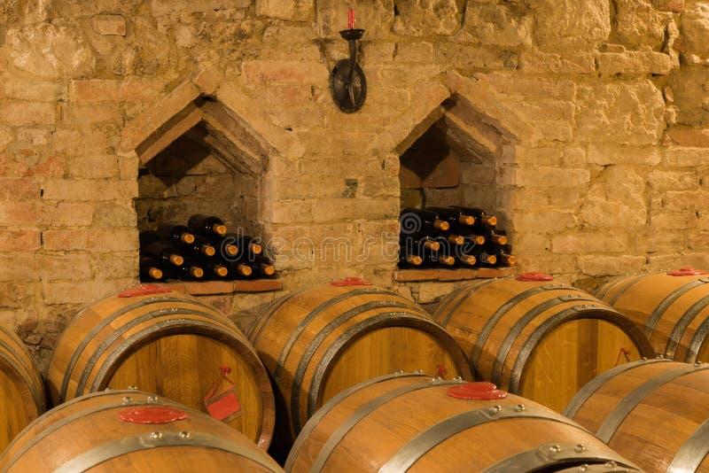 Wino butelki w tradycyjnym lochu i baryłki obraz stock