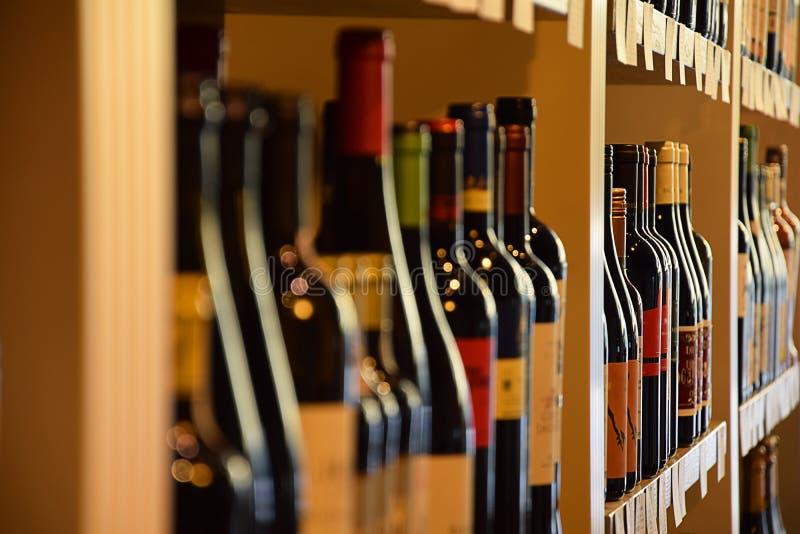 Wino butelki w wino sklepie zdjęcie royalty free