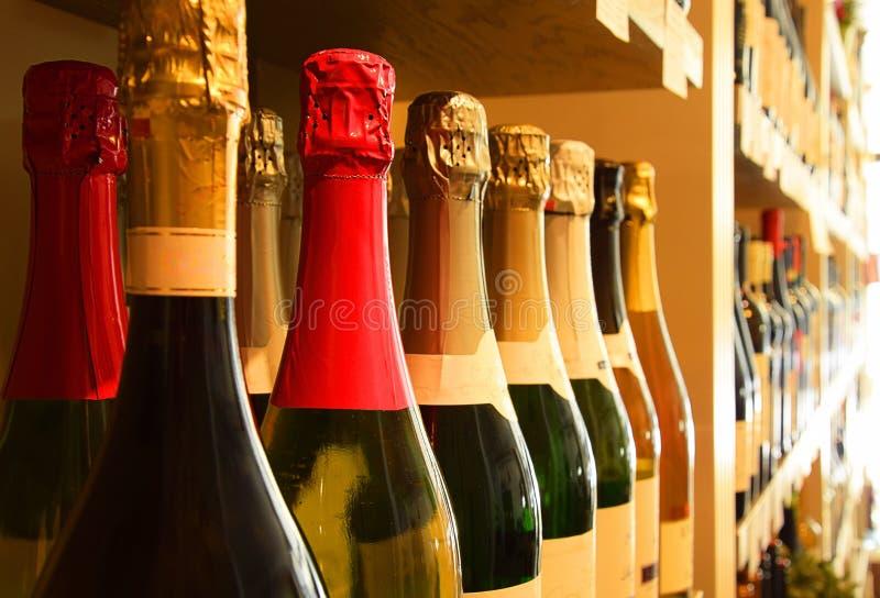 Wino butelki w wino sklepie zdjęcie stock