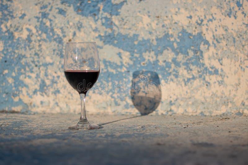 Wino cień na ścianie i szkło zdjęcia stock