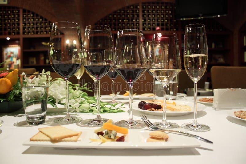 Wino czara na stole fotografia royalty free